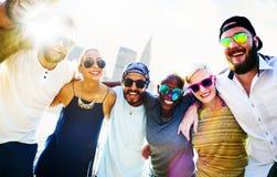 Concept divers d'amusement d'amis d'été de bâtiments de ville Photographie stock libre de droits