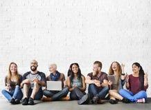 Concept divers de connexion de dispositif de Digital d'amitié de personnes Images stock