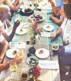 Concept divers de nourriture de consommation de groupe de personnes d'amis Photos stock