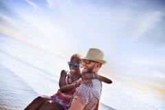 Concept doux d'amour de couples de vacances d'été de plage Image libre de droits