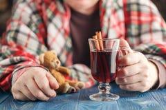 Concept doux de soins à domicile, ours masculin de jouet d'enfant de prise Photographie stock