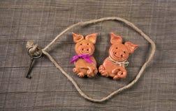 Concept drôle pour l'association ; couples de porc de pâte de sel pour le GR Images libres de droits