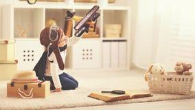 Concept dromen en reizen proefvliegenierskind met een stuk speelgoed a Stock Afbeeldingen