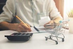 Concept du coût de la vie - homme calculant des factures des dépenses quotidiennes de ménage photo stock