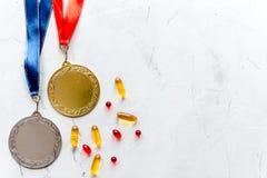 Concept du dopage dans le sport - vue supérieure de médailles de privation image stock