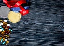 Concept du dopage dans le sport - vue supérieure de médailles de privation photo stock