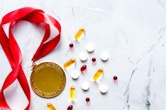 Concept du dopage dans le sport - vue supérieure de médailles de privation photos stock