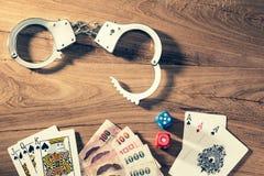 Concept du jeu illégalement, montrant la menotte, cartes de jeu, dic Image stock