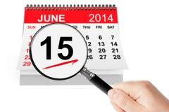 Concept du jour de père. Le 15 juin 2014 calendrier avec la loupe Images stock