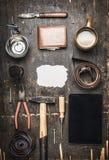 Concept du jour de son père, outils des accessoires d'un grand choix d'hommes, plat, ceinture, couteau, vue supérieure de brosse  Image libre de droits