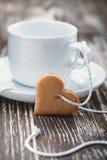 Concept du jour de Valentine Biscuits en forme de coeur et tasses Photographie stock
