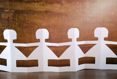 Concept du jour des enfants heureux avec les poupées de papier Images stock