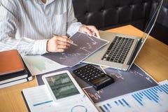 Concept du marché de bourse des valeurs, commerce d'investisseur d'affaires ou courtiers courants ayant une planification et l'an photo libre de droits