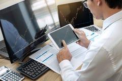 Concept du marché de bourse des valeurs, courtier courant regardant le graphique fonctionnant et analysant avec l'écran de visual images stock