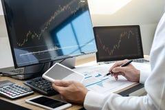 Concept du marché de bourse des valeurs, courtier courant regardant le graphique fonctionnant et analysant avec l'écran de visual photo libre de droits
