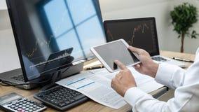 Concept du marché de bourse des valeurs, courtier courant regardant le graphique fonctionnant et analysant avec l'écran de visual image stock