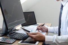 Concept du marché de bourse des valeurs, courtier courant regardant le graphique fonctionnant et analysant avec l'écran de visual photos stock