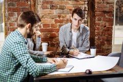 Concept du nouveau projet d'affaires de présentation Groupe de jeunes collègues discutant des idées les uns avec les autres dans  Photos stock