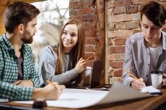 Concept du nouveau projet d'affaires de présentation Groupe de jeunes collègues discutant des idées les uns avec les autres dans  Photo libre de droits