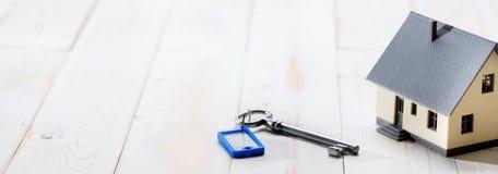 Concept du propriétaire de logement, de la location ou de l'investissement avec la clé de maison image stock