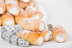 Concept du régime, gâteaux avec la bande de mesure Photo stock