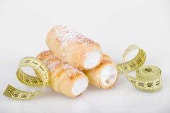 Concept du régime, gâteaux avec la bande de mesure Photos libres de droits