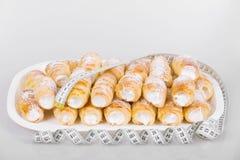 Concept du régime, gâteaux avec la bande de mesure Images libres de droits