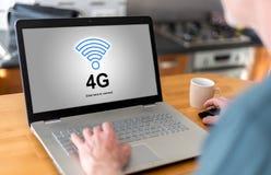 concept du réseau 4g sur un ordinateur portable Images libres de droits