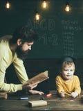 Concept du relevé Livre de lecture de professeur d'homme à l'écolier Lecture et grammaire anglaises La lecture alimente l'imagina Photo stock