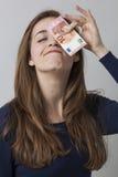 Concept du rendement-coût pour la femme 20s de sourire d'amusement Image libre de droits