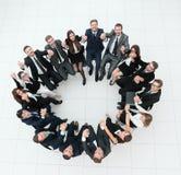 Concept du renforcement d'équipe grande équipe réussie d'affaires s'asseyant en cercle Photographie stock libre de droits