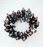 Concept du renforcement d'équipe grande équipe réussie d'affaires s'asseyant en cercle Images libres de droits