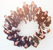 Concept du renforcement d'équipe grande équipe réussie d'affaires s'asseyant en cercle Image libre de droits