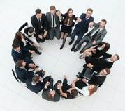 Concept du renforcement d'équipe grande équipe réussie d'affaires s'asseyant en cercle Photos libres de droits