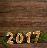 Concept du `s d'an neuf Le schéma 2017 du pain d'épice, branche de sapin sur un fond en bois Photographie stock