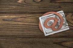 Concept, e-mailsymbool, geld honderd dollarsrekeningen op zijn plaats tegen stock fotografie