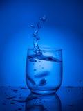 concept ecologycal Намочите консервацию, водные ресурсы, очищение, чистую воду, утечку воды Образ жизни для здравоохранения стоковые изображения rf