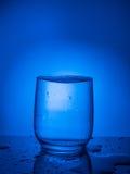 concept ecologycal Намочите консервацию, водные ресурсы, очищение, чистую воду, утечку воды Образ жизни для здравоохранения стоковое изображение