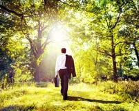 Concept en bois de Walking Outdoors Nature d'homme d'affaires Photographie stock libre de droits