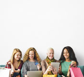 Concept en ligne d'achats d'unité d'amitié de filles Photos libres de droits
