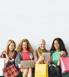 Concept en ligne d'achats d'unité d'amitié de filles Photo stock