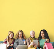 Concept en ligne d'achats d'unité d'amitié de filles Photographie stock