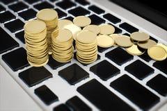 Concept en ligne d'affaires avec des pièces d'or sur le clavier Photographie stock