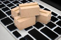 Concept en ligne d'affaires avec la boîte de carton sur le clavier Photo libre de droits