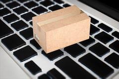 Concept en ligne d'affaires avec la boîte de carton sur le clavier Photographie stock
