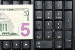 Concept en ligne d'affaires Billets de banque des dollars des Etats-Unis sur le clavier d'ordinateur portable Image stock