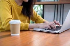 Concept en ligne d'affaires Main de femme utilisant l'ordinateur portable d'ordinateur dans le cof Photo libre de droits