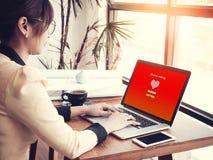 Concept en ligne d'amour : préposée de bureau employant le site Web en ligne de datation Photos libres de droits