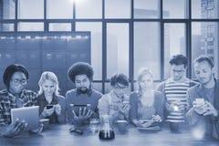 Concept en ligne d'Internet de lecture rapide de mise en réseau sociale de personnes Photo libre de droits