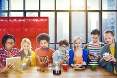 Concept en ligne d'Internet de lecture rapide de mise en réseau sociale de personnes Photos libres de droits